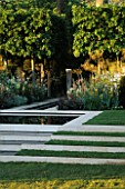 STEPPED WATER FEATURE WITH STONE EDGING AND LAWN. METAL RECTANGULAR SCULPTURE AS FOCAL POINT.  EVENING STANDARD GARDEN. DES: ARABELLA LENNOX-BOYD. CHELSEA 1998