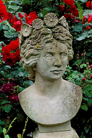 CAROLYN_HUBBLES_SHROPSHIRE_GARDEN__BUST_OF_FLORA_BY_MARK_THOMPSON