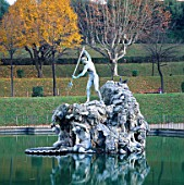 THE FOUNTAIN OF NEPTUNE BY STOLDO LORENZI (1565) STANDS IN THE CENTRE OF TRIBOLOS POOL  BOBOLI GARDENS  FLORENCE  ITALY