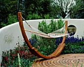 RENDERED WALL  DECKING AND GIANT WOODEN HAMMOCK. THOMPSON LANDSCAPES  CHELSEA 2002. DESIGN BY ERIK DE MAEIJER+ JANE HUDSON