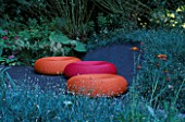 CHELSEA 2004: THE MERRILL LYNCH GARDEN DESIGNED BY DAN PEARSON: PINK AND ORANGE SEATS