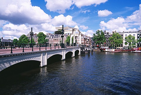 AMSTERDAM_BRIDGE_OVER_CANAL
