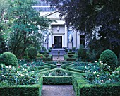 AMSTERDAM: PRIVATE GARDEN - FORMAL GADEN WITH CLIPPED BOX AND SUNDIAL
