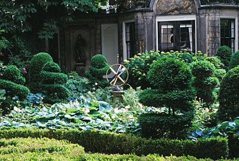 AMSTERDAM_PRIVATE_GARDEN_HERENGRACHT_476__FORMAL_GARDEN_WITH_SUNDIAL__BOX_TOPIARY_AND_HEDGING__HOSTA
