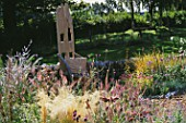 DESIGNER CLARE MATTHEWS: GRAVEL GARDEN WITH WOODEN THRONE CHAIR