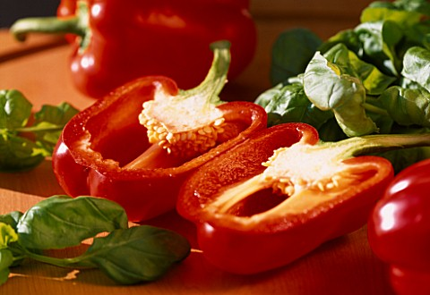 RED_PEPPER_CUT_IN_HALF_WITH_BASIL