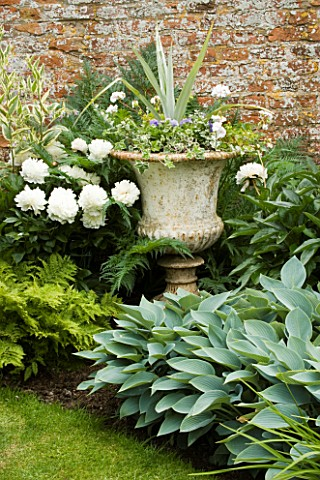 BIRTSMORTON_COURT__WORCESTERSHIRE_THE_END_OF_THE_LONG_BORDER_WITH_METAL_URN_PLANTED_WITH_ASTELIA__PE