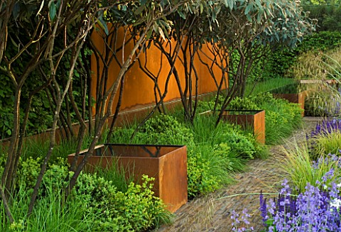 CHELSEA_FLOWER_SHOW_2006_DAILY_TELEGRAPH_GARDEN_DESIGNED_BY_TOM_STUARTSMITH_A_WALL_AND_THREE_TANKS_T