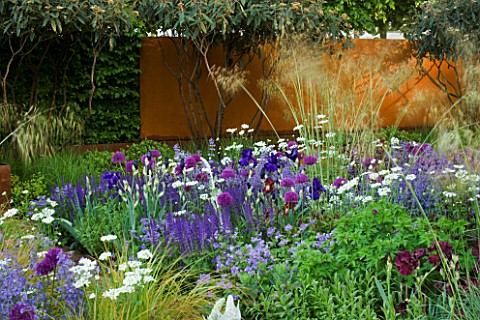CHELSEA_FLOWER_SHOW_2006_DAILY_TELEGRAPH_GARDEN_DESIGNED_BY_TOM_STUARTSMITH_CORTEN_STEEL_WALL__STIPA