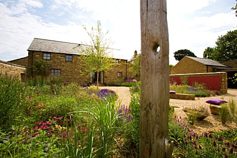 RICKYARD_BARN_GARDEN__NORTHAMPTONSHIRE_VIEW_FROM_THE_BACK_OF_THE_GRAVEL_GARDEN_TO_THE_HOUSE_WITH_DRI