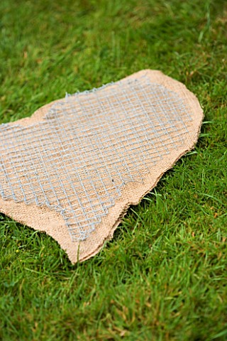 DESIGNER_CLARE_MATTHEWS_THYME_HEART_PROJECT__CUT_OUT_HEART_SHAPE_FROM_HESSIAN_WITH_WIRE_MESH_OVER_TH