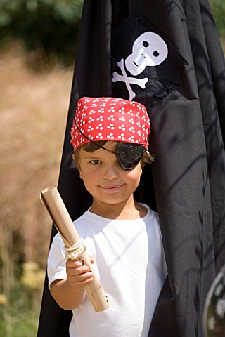 DESIGNER_CLARE_MATTHEWS__CHILDRENS_PARTY__BOY_DRESSED_AS_A_PIRATE_WITH_TREASURE_MAP