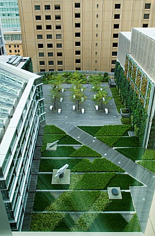 MARUNOUCHI_HOTEL__TOKYOVIEW_ONTO_FORMAL_ROOF_GARDEN_WITH_VERTICAL_GARDEN_ON_WALL_AND_GREEN_CARPET_FL