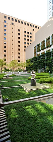 MARUNOUCHI_HOTEL__TOKYO__JAPAN_MODERN_FORMAL_ROOF_GARDEN_WITH_OFFICE_BLOCKS__POLISHED_GRANITE_SCULPT