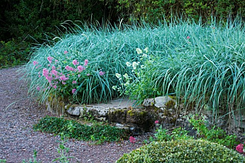 VEDDW_HOUSE_GARDEN__GWENT__WALES_DESIGNERS_ANNE_WAREHAM_AND_CHARLES_HAWES__STONE_WALL_PLANTED_WITH_L