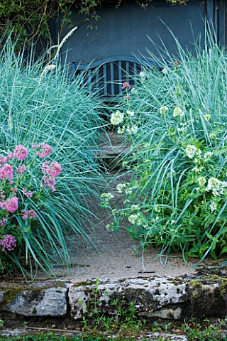 VEDDW_HOUSE_GARDEN__GWENT__WALES_DESIGNERS_ANNE_WAREHAM_AND_CHARLES_HAWES__VIEW_ALONG_A_PATH_TO_BLAC