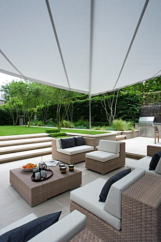 URBAN_CONTEMPORARY_MODERN_MINIMALIST_GARDEN_DESIGNED_BY_CHARLOTTE_SANDERSON_PATIO_WITH_TABLE_AND_CHA
