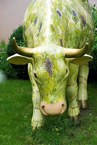 GARDEN_DESIGNED_BY_CHARLOTTE_SANDERSON_MODEL_COW_IN_THE_LAWN