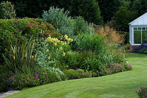 MARINERS_GARDEN__BERKSHIRE_DESIGNER_FENJA_ANDERSON_LAWN_WITH_CONSERVATORY_AND_HERBACEOUS_BORDER_WITH