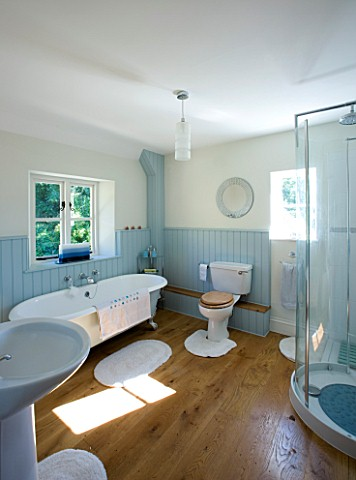 DESIGNER_CLARE_MATTHEWS_DEVON__BLUE_AND_WHITE_THEMED_BATHROOM_WITH_SHOWER_AND_ROLL_TOP_BATH