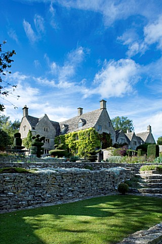 THROUGHAM_COURT__GLOUCESTERSHIRE_DESIGNER_CHRISTINE_FACER_THROUGHAM_COURT_SEEN_FROM_THE_OLD_TOPIARY_