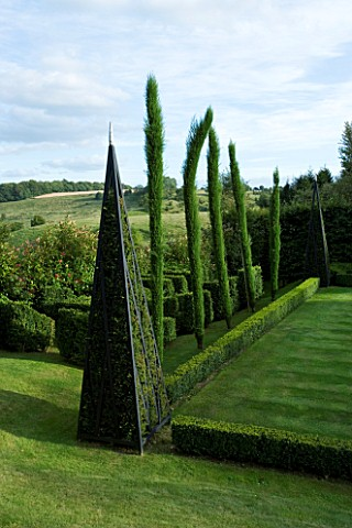 THROUGHAM_COURT__GLOUCESTERSHIRE_DESIGNER_CHRISTINE_FACER_TOPIARY_BESIDE_THE_CROQUET_LAWN