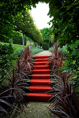 THROUGHAM_COURT__GLOUCESTERSHIRE_DESIGNER_CHRISTINE_FACER_THE_ROYAL_STEPS__RED_CARPET_UP_STEPS_WITH_