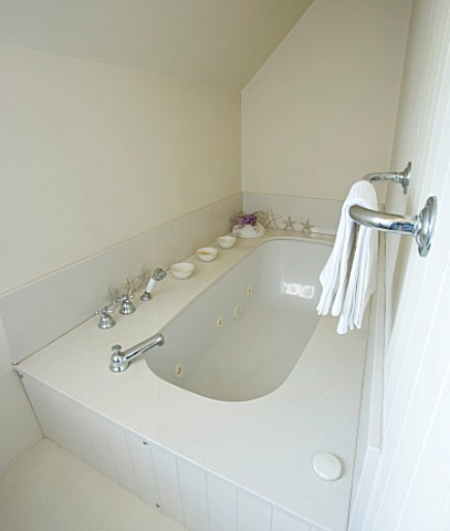 DESIGNERS_SUE_AYLETT_SUE_AYLETTS_HOUSE__LONDON_THE_WHITE_THEMED_BATHROOM