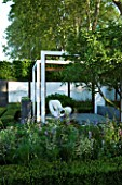 CHELSEA 2008: THE SAVILLS GARDEN - DESIGNER: PHILIP NIXON - WHITE FRAMES WITH WHITE BENCH