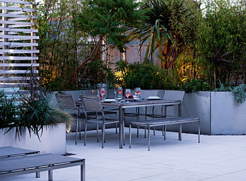 CONTEMPORARY_FORMAL_ROOF_TERRACE_GARDEN_DESIGNED_BY_DATA_NATURE_ASSOCIATES_SEATING_AREA_AT_NIGHT_WIT