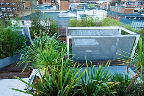 CONTEMPORARY_FORMAL_ROOF_TERRACE_GARDEN_DESIGNED_BY_DATA_NATURE_ASSOCIATES_VIEW_OVER_GARDEN_WITH_DEC