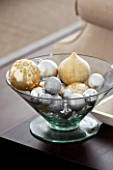 CHRISTMAS - LIVING ROOM - GLASS BOWL WITH BAUBLES - SARAH EASTEL LOCATIONS/ DI ABLEWHITE