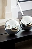 CHRISTMAS - LIVING ROOM - WOODEN COFFEE TABLE WITH SILVER GLOBES - SARAH EASTEL LOCATIONS/ DI ABLEWHITE