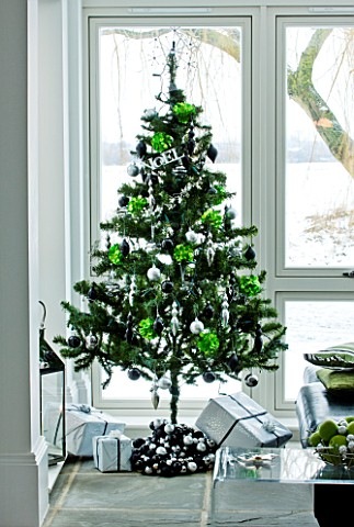 CHRISTMAS__CHRISTMAS_TREE_WITH_PRESENTS_IN_THE_LOUNGE_SARAH_EASTEL_LOCATIONS_DI_ABLEWHITE