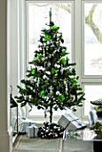 CHRISTMAS - CHRISTMAS TREE WITH PRESENTS IN THE LOUNGE. SARAH EASTEL LOCATIONS/ DI ABLEWHITE
