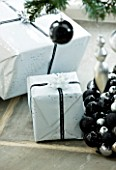 CHRISTMAS - WRAPPED PRESENTS UNDER TREE. SARAH EASTEL LOCATIONS/ DI ABLEWHITE