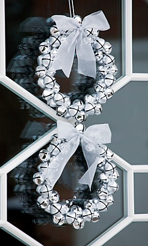 CHRISTMAS__WREATH_ON_FRONT_DOOR_MADE_WITH_SILVER_BAUBLES_AND_TIED_RIBBON_SARAH_EASTEL_LOCATIONS_DI_A