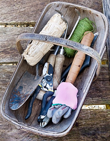 DESIGNER_CLARE_MATTHEWS_POTAGER_PROJECT_TOOLS_IN_A_WOODEN_TRUG