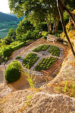 LA_CARMEJANE_FRANCE_LUBERON_PROVENCE_FRENCH_COUNTRY_GARDEN_OVAL_TERRACE_WILD_BUSH_THYME_PARTERRE_GRE