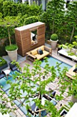 MODERN ROOF GARDEN BY STEPHEN WOODHAMS, LONDON: CEDARWOOD SCREEN, MIRROR, TABLE, CHAIRS, CLIPPED, TOPIARY, PLEACHED, HORNBEAMS, CONTEMPORARY, BOX BALLS IN CERAMIC CONTAINERS, CORNUS KOUSA, TERRACE, BALCONY. MULBERRY