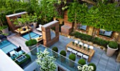 MODERN ROOF GARDEN BY STEPHEN WOODHAMS, LONDON: CEDARWOOD SCREEN, MIRROR, TABLE, CHAIRS, CLIPPED, TOPIARY, PLEACHED, HORNBEAMS, CONTEMPORARY, BOX BALLS IN CERAMIC CONTAINERS, CORNUS KOUSA, TERRACE, BALCONY