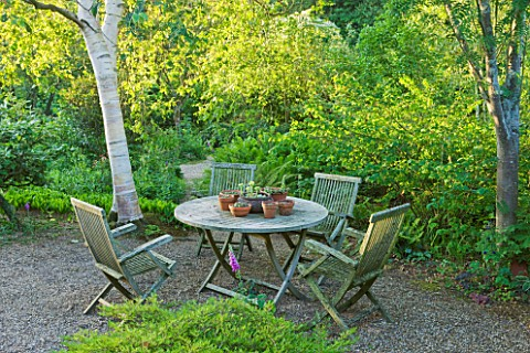 SANDHILL_FARM_HOUSE__HAMPSHIRE__DESIGNER_ROSEMARY_ALEXANDER_THE_FRONT_GARDEN__TABLE_AND_CHAIRS_WITH_