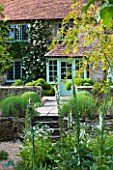 SANDHILL FARM HOUSE  HAMPSHIRE - DESIGNER ROSEMARY ALEXANDER : THE SHADY FONT GARDEN WITH VIEW TO THE FRONT DOOR OF THE HOUSE
