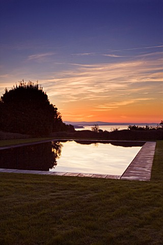 ARGENTARIO_GARDEN__ITALY__DESIGNER_PAOLO_PEJRONE___BLACK_SWIMMING_POOL_AT_SUNSET