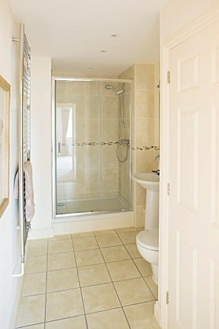 MODERN_TOILET_AND_SHOWER_ROOM_IN_CREAM