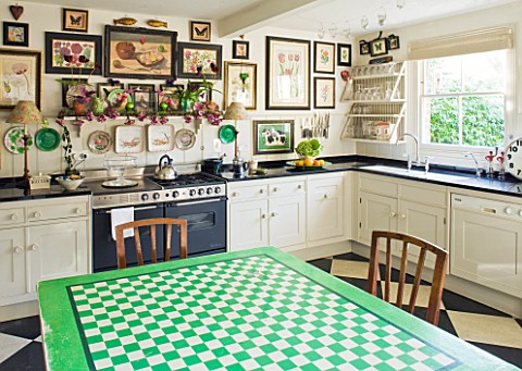 DESIGNER_BUTTER_WAKEFIELD__LONDON__THE_KITCHEN_WITH_BOTANICAL_PRINTS_AND_TABLE_OF_GREEN_AND_WHITE_SQ