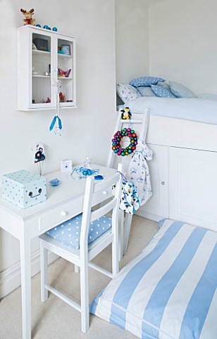 DESIGNER_JACKY_HOBBS__LONDON_BLUE_AND_WHITE_THEMED_BOYS_BEDROOM_AT_CHRISTMAS