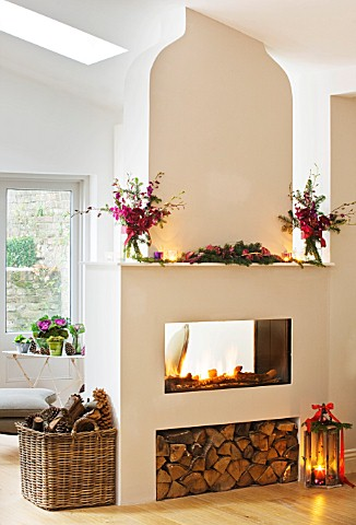 DESIGNER_JACKY_HOBBS__LONDON_THE_LIVING_ROOM_AT_CHRISTMAS_WITH_DOUBLE_SIDED_FIRE_AND_LOG_BASKET