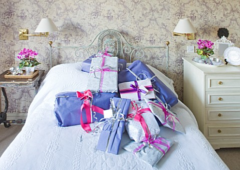 BRUERN_COTTAGES__OXFORDSHIRE_CHRISTMAS__BEDROOM_WITH_PRESENTS_ON_BED