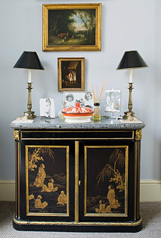 DESIGNER_JANE_CHURCHILL__THE_DRAWING_ROOM__CHINOISERIE_CHEST_OF_DRAWERS_THAT_BELONGED_TO_JANES_HUSBA